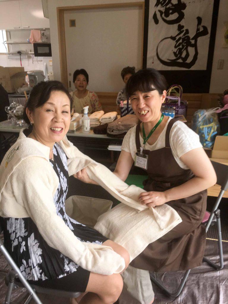 熊本トークで盛り上がる益城町の皆様への施術